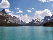 Lago tranquilo hermoso circundante de la turquesa de las montañas rocosas Fotografía de archivo libre de regalías