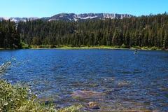 Lago tranquilo Tioga El pico y el norte gigantescos de la cresta de Kuna miraban bastante lejos fuera del glaciar del barranco fotografía de archivo
