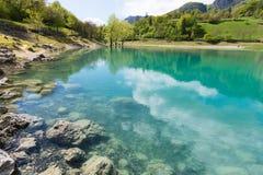 Lago transparente en Italia Imagenes de archivo
