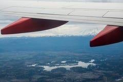 Lago a través de un ala del aeroplano Fotografía de archivo libre de regalías