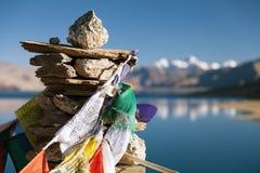 Lago tso Moriri con le bandiere di preghiera fotografie stock