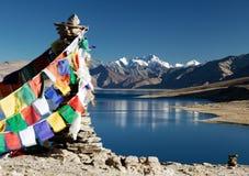 Lago tso Moriri con le bandiere di preghiera Fotografia Stock Libera da Diritti