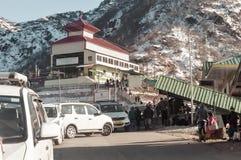 Lago Tsomgo, Gangtok, India 2 gennaio 2019: Vista di costruzione di modo della corda Un breve ropeway si è avviato nel lago Tsomg fotografia stock libera da diritti