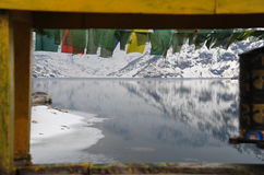Lago Tsomgo nel telaio della ruota di preghiera e del ponte, Sikkim, India fotografie stock libere da diritti