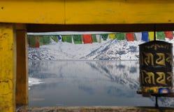 Lago Tsomgo nel telaio della ruota di preghiera e del ponte, Sikkim, India immagini stock