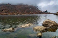 Lago Tsomgo Sikkim del este lake Changu, en una mañana de niebla del invierno Foto de archivo
