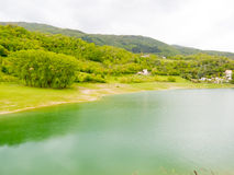 Lago Turano entre montanhas e montes Imagens de Stock Royalty Free