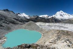 Lago turquoise en los Andes en Perú Imagen de archivo