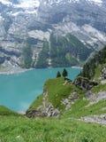 Lago turquoise nos cumes suíços Fotos de Stock