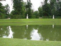 Lago in un giardino immagini stock