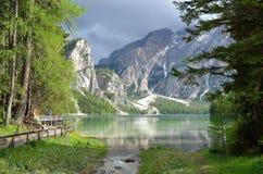 Lago in un giorno nuvoloso, dolomia, Italia Braies Immagine Stock