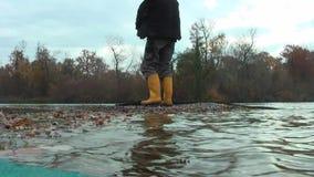 Lago Un uomo salta da una barca alla riva
