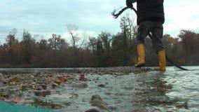 Lago Un uomo salta da una barca alla riva archivi video