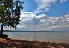 Lago Uwildy en Urales meridionales en verano Foto de archivo