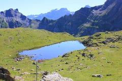 Lago vítreo azul pitoresco nas montanhas no verão foto de stock