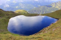 Lago vítreo azul pitoresco nas montanhas fotos de stock royalty free
