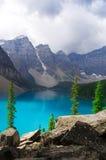 Lago, vale e montanha da neve nas Montanhas Rochosas canadenses; a vista dianteira do Lake Louise imagens de stock