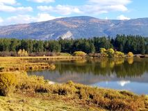 Lago in valle fotografie stock