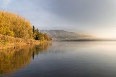 Lago Varese da Biandronno, provincia di Varese, Italia in una mattina di autunno con foschia Fotografie Stock