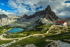 Lago variopinto e creste hackly della montagna, Monte Paterno, dolomia, Italia Fotografie Stock