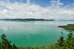 Lago verde Aqua con le isole Fotografie Stock Libere da Diritti