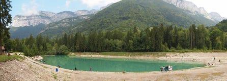 Lago verde con la gente intorno Fotografia Stock Libera da Diritti