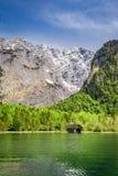 Lago verde Konigssee nelle alpi tedesche Immagini Stock Libere da Diritti