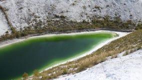 Lago verde nello spreco bianco dell'azoto stock footage