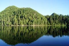 Lago verde smeraldo accanto al Baikal in Russia Fotografia Stock