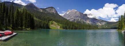 Lago verde smeraldo nella sosta nazionale di Yoho Immagine Stock