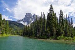 Lago verde smeraldo nella sosta nazionale di Yoho Immagine Stock Libera da Diritti