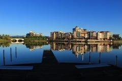 Lago verde smeraldo sotto cielo blu Immagini Stock Libere da Diritti