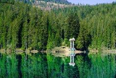 Lago verde smeraldo su un fondo delle alte montagne e della foresta verde, concetto di viaggio nel selvaggio, carpatico, Ucraina, fotografia stock