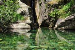 Lago verde transparente claro de la montaña Aguas prístinas Imágenes de archivo libres de regalías