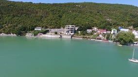 Lago verde, viñedos en el vídeo aéreo 4k de las montañas almacen de metraje de vídeo