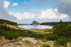 Lago vicino alla stazione dello sci di Bezbog Immagini Stock Libere da Diritti