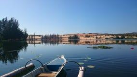 Lago vicino la duna di sabbia bianca Fotografia Stock Libera da Diritti