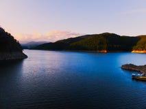 Lago Vidraru, Transilvania, Rumania fotos de archivo
