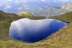 Lago vidrioso azul pintoresco en las montañas fotos de archivo libres de regalías