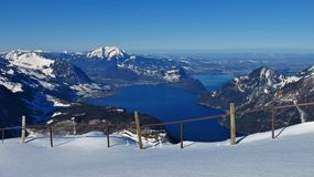 Lago Vierwaldstattersee e montagne ricoperte neve Fotografie Stock Libere da Diritti