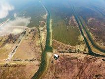 Lago view dell'uccello in autunno con gli alberi dorati Fotografie Stock Libere da Diritti
