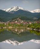 Lago, villaggio e un Mountain View Fotografia Stock Libera da Diritti