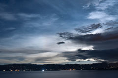Lago. Vista panoramica del lago en la noche Royalty Free Stock Photography