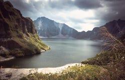 Lago volcánico hermoso en el cráter