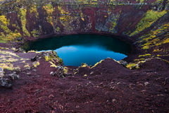 Lago vulcânico azul islandês da cratera de Kerid Fotografia de Stock