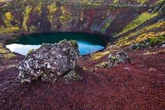 Lago vulcânico azul islandês da cratera de Kerid Foto de Stock
