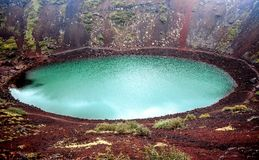 Lago vulcânico da cratera de Kerid em Islândia imagem de stock