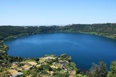 Lago vulcânico do nemi perto de Roma