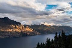 Lago Wakatipu con il supporto Nicholas, Nuova Zelanda Fotografie Stock