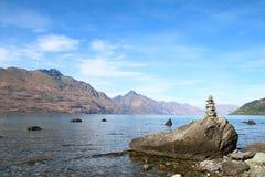 Lago Wakatipu Queenstown, Nueva Zelanda con la balanza de la roca Fotos de archivo libres de regalías